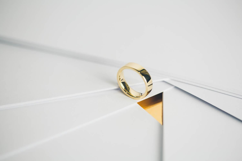 White & Gold Silky 5 la fede nuziale dal potere seduttivo